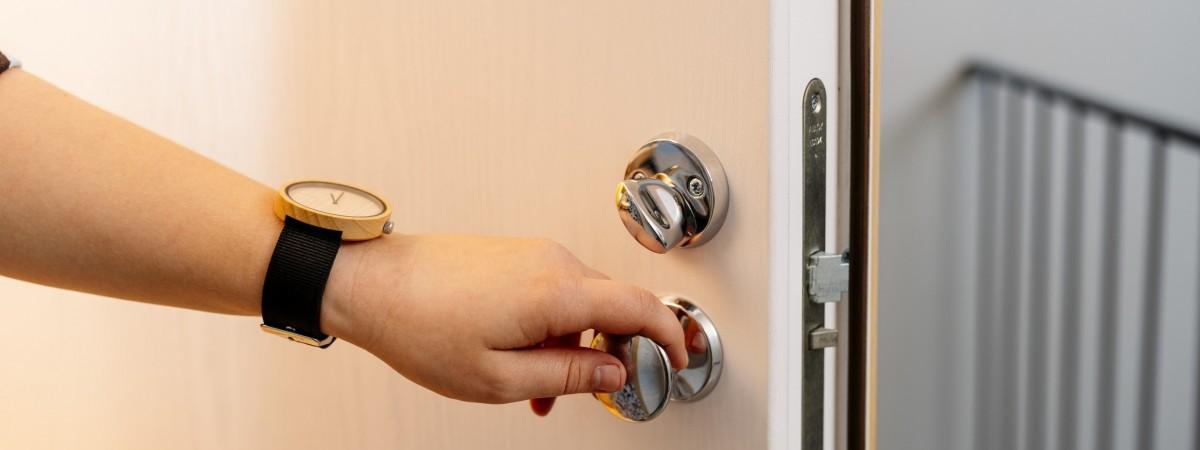 Teräsytimellä varustettu Kaso-Ovi pitää muotonsa vuodesta toiseen – rakoilematon ovi varmistaa asumismukavuuden